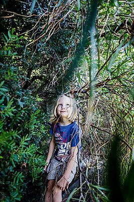 Kleines Mädchen im Wald - p253m1042551 von Oscar