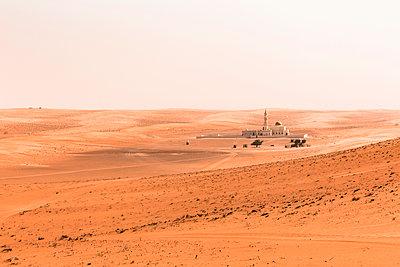 Mosque in the desert, Wahiba Sands, Oman - p300m2104235 von Valentin Weinhäupl
