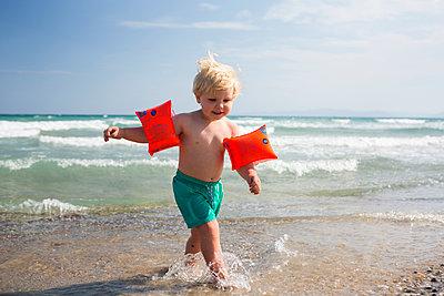 Kind mit Schwimmflügeln - p1386m1476740 von beesch