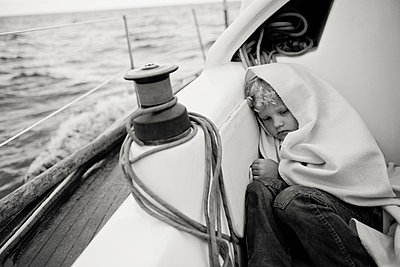 Girl on a yacht wrapped in a blanket - p1642m2222191 by V-fokuse
