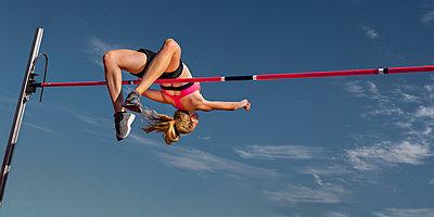 Female high jumper, worm's eye view - p300m2023653 von Stefan Schurr