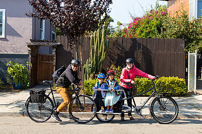 Family travelling by bycicle - p756m2087338 by Bénédicte Lassalle