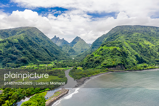 Polynesia, Aerial view,  Tahiti mountains - p1487m2245029 by Ludovic Mornand