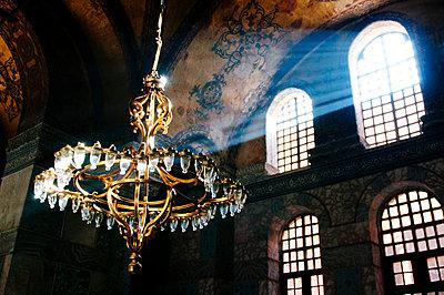 Lichtstrahl in der Hagia Sophia - p1065m885845 von KNSY Bande