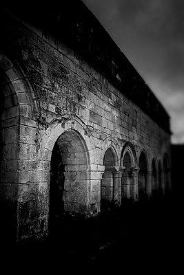 Altes Kloster in Frankreich - p248m1538247 von BY