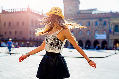 Italy, Bologna, young woman dancing on square - p300m2060104 von Giorgio Fochesato