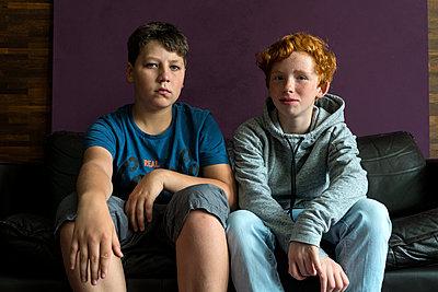 Mädchen und Junge auf dem Sofa - p427m1465448 von R. Mohr