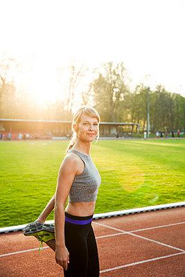 Sportliche Frau - p904m1031364 von Stefanie Päffgen