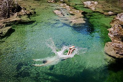 Mann springt ins Wasser - p966m831229 von Tobias Leipnitz
