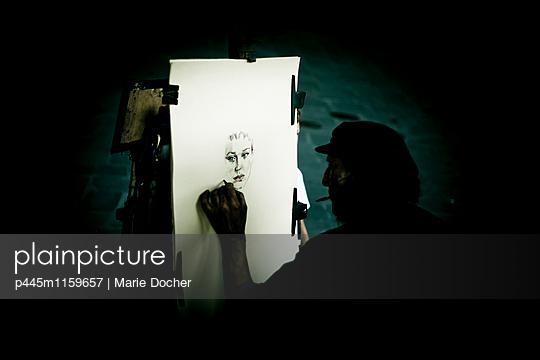 Mann zeichnet Porträt einer Frau - p445m1159657 von Marie Docher