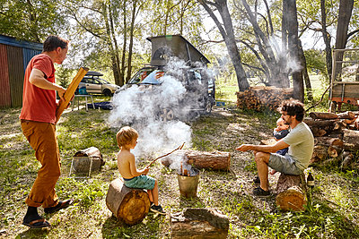 Barbecuing on camping site - p1146m2196066 by Stephanie Uhlenbrock