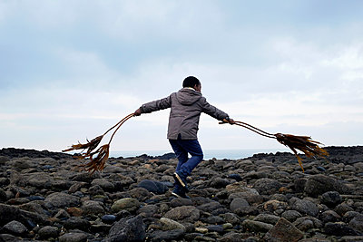 Boy dancing with Seaweeds - p1307m2073308 by Agnès Deschamps