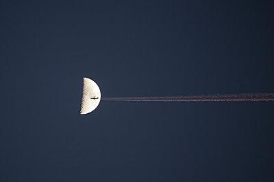 To the moon - p1333m1220850 by Gérard Staron