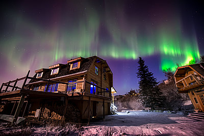 Aurora borealis over a home on the Anchorage hillside, Southcentral Alaska, USA - p442m1193216 by Carl Johnson