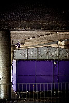 Kirmesbude im Winterquartier in einer Unterführung, Essen, Deutschland - p586m971366 von Kniel Synnatzschke