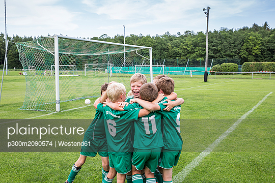 Germany, young football players cheering together - p300m2090574 by Westend61
