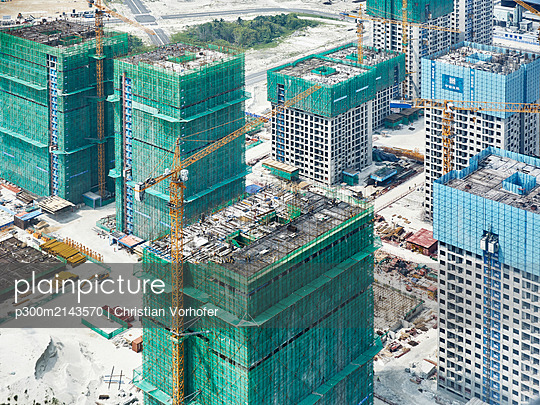 View of construction site during winter seen through airplane window at Malè, Maldives - p300m2143570 by Christian Vorhofer
