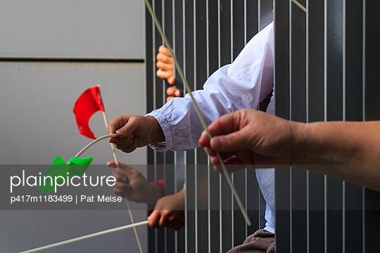 Kinderhände - p417m1183499 von Pat Meise