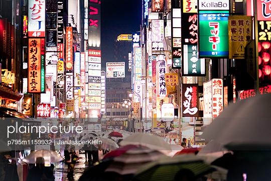 Einkaufsstraße in Tokio bei Regen - p795m1159932 von Janklein