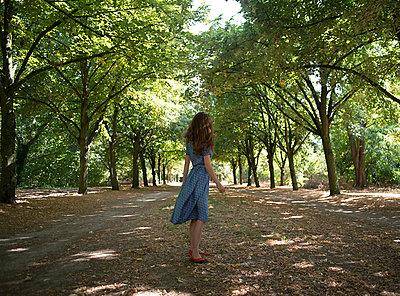 Junge Frau im Wald - p1096m1050947 von Rajkumar Singh