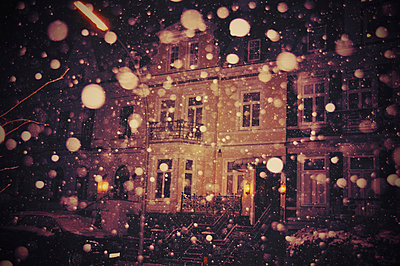 Schneefall vor Altbau - p1224m1064805 von häseker