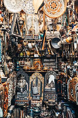 Traditionelle Souvenirs auf Marktstand in Souks von Marrakesch in Marokko - p1497m2071386 von Sascha Jacoby