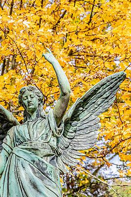 Angel figure Melatenfriedhof Cologne - p401m2217517 by Frank Baquet
