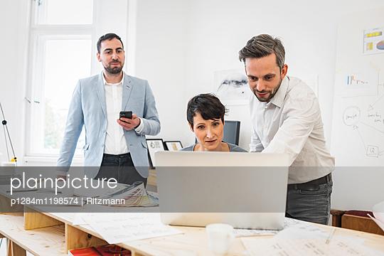 Beratung im Büro - p1284m1198574 von Ritzmann