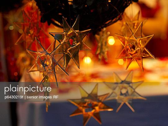 Christbaumschmuck auf dem Weihnachtsmarkt  - p6430219f von senior images RF