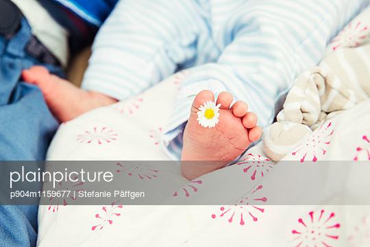 Babyfuß - p904m1159677 von Stefanie Neumann