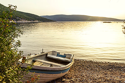 Greece, Pelion, Pagasetic Gulf, boat at the beach at sunset - p300m1587187 von Maria Maar