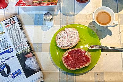 Frühstückspause in einer Werkstatt - p979m909795 von Fred Dott