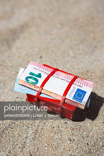 Sparen für den Sommerurlaub - p454m2030945 von Lubitz + Dorner