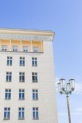 renovierter Stalinbau im Zuckerbäckerstil am Frankfurter Tor  - p1325m1515137 von Antje Solveig