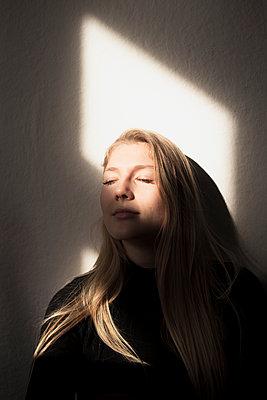 Portrait junge Frau - p1358m1425810 von Nolting