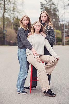 Portrait of a three teenage girls - p1323m2185103 von Sarah Toure