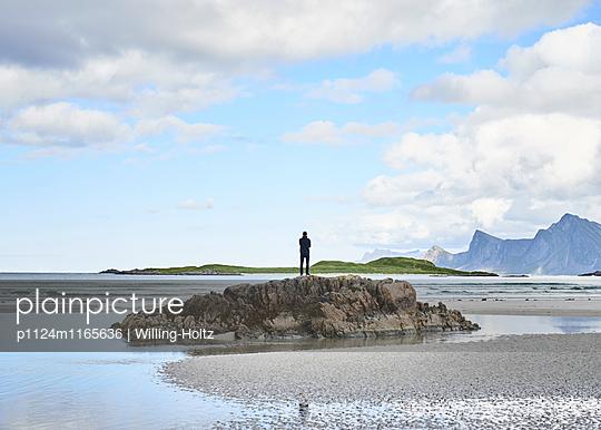 Mann bei Ebbe am Strand - p1124m1165636 von Willing-Holtz