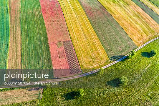 Germany, Baden-Wuerttemberg, Rems-Murr-Kreis, Aerial view of fields - p300m1587024 von Stefan Schurr