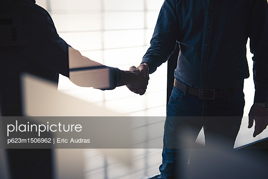 plainpicture | Photo library for authentic images - plainpicture p623m1506962 - Handshake - plainpicture/PhotoAlto/Eric Audras