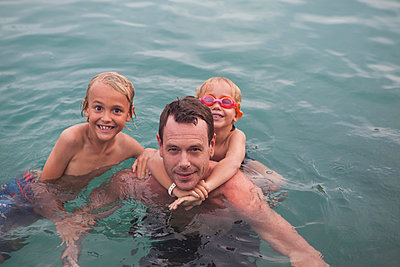Vater badet mit seinen zwei Söhnen - p045m1574423 von Jasmin Sander
