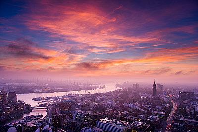 Hafen, Michel und Willy-Brandt-Straße am Abend, Hamburg - p1493m1584691 von Alexander Mertsch