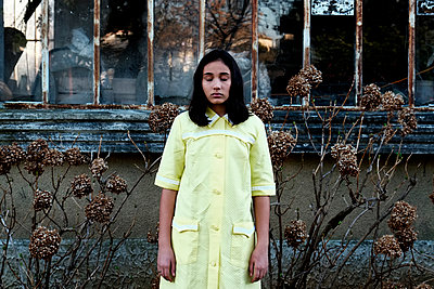 Girl with yellow dress  - p1521m2065455 by Charlotte Zobel