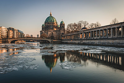 Germany, Berlin, view to Berliner Cathedral at twilight - p300m1568120 von Kerstin Bittner