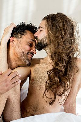 Schwules Paar - p787m2115242 von Forster-Martin