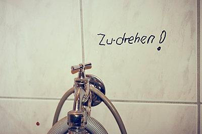 Wasserhahn zudrehen - p900m1539800 von Michael Moser