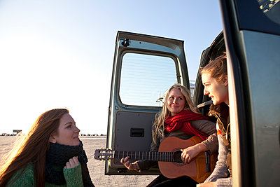 Girls with a van - p981m952217 by Franke + Mans