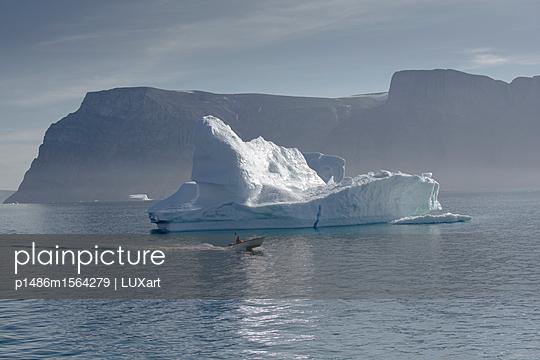 Eisberg mit Motorboot vor Uummannaq - p1486m1564279 von LUXart