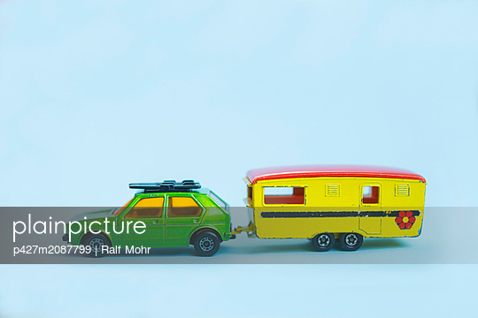 Model car with trailer - p427m2087799 by Ralf Mohr