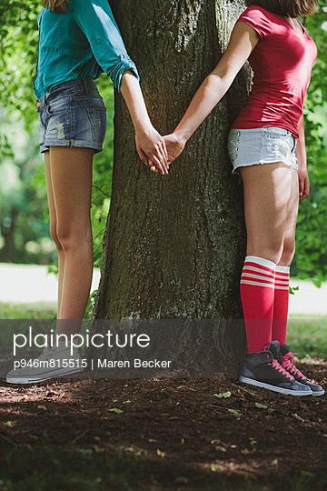 Zusammen am Baum - p946m815515 von Maren Becker