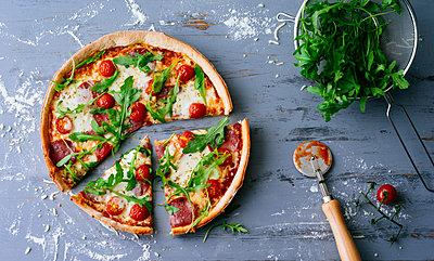 Preparing pizza - p1053m1538168 by Joern Rynio